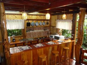 A restaurant or other place to eat at Topos Tree House
