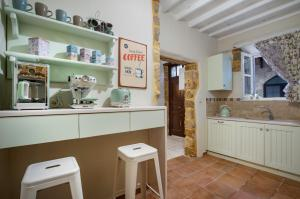 A kitchen or kitchenette at A33 RHODES OLD TOWN HOUSE