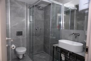 A bathroom at Alexandar Square Apartments