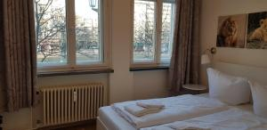 A bed or beds in a room at Frankfurter Tor