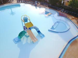 Uitzicht op het zwembad bij Apartamentos Turisticos Terralta of in de buurt
