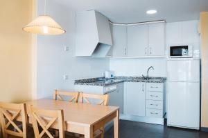 Een keuken of kitchenette bij Apartamentos Turisticos Terralta
