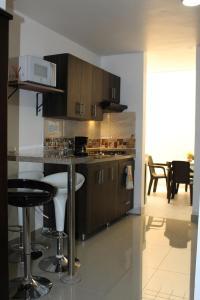 A kitchen or kitchenette at Apartamentos Excelente Ubicación