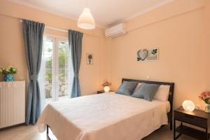 A bed or beds in a room at Pasiphae Apartment