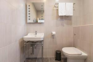 A bathroom at King Bedroom with Private Toilet near Denmark Hill