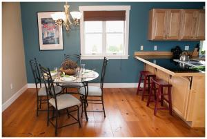 A kitchen or kitchenette at Cozy Harbor Cottage