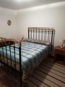 Een bed of bedden in een kamer bij Casa rústica de pueblo en Sierra de Alcaraz