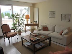 A seating area at Appartement duplex, lumineux et calme