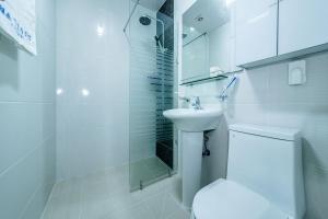 A bathroom at Jeju Gaetkkeusi Pension