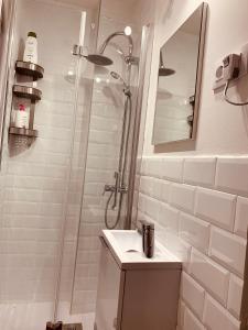 A bathroom at Stylish Apt Center Malasaña