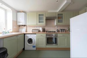 A kitchen or kitchenette at Modern apartment
