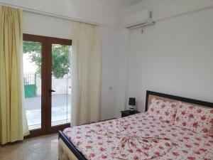 A bed or beds in a room at Apartment Skrapalli Ksamil