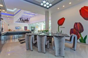 A restaurant or other place to eat at Royale Grand Villa