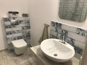 A bathroom at Nokturn Apartament