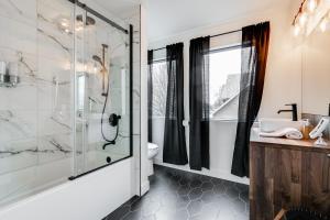 A bathroom at Le Masson – Complexe La Voûte by KASANIA