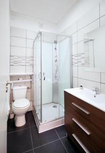 A bathroom at Aparthotel Oporto Entreparedes