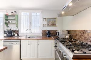 A kitchen or kitchenette at YourHouse Mofares