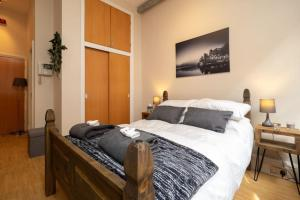 A bed or beds in a room at Stylish and comfortable Lace Market Studio Apartment