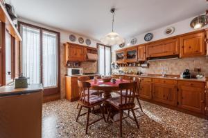 A kitchen or kitchenette at La Casa Veneziana