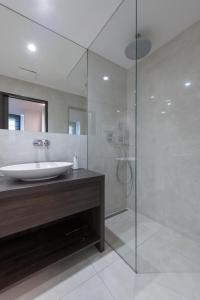 Um banheiro em Exclusive Old Town residence near Charles Bridge