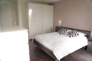 A bed or beds in a room at Calypso apartment City Center + Parking