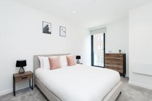 A bed or beds in a room at Tower Bridge Apartments