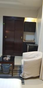 A bathroom at Nozul Al Tout Furnished Apartments