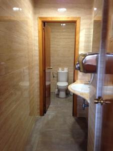Um banheiro em Bahia de San Antonio Beach