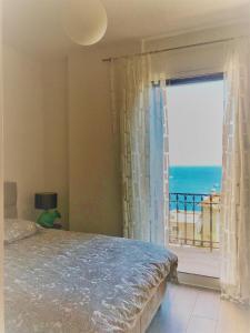 Säng eller sängar i ett rum på villa juturne