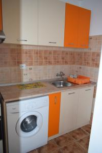 A kitchen or kitchenette at Hospital View Apartment