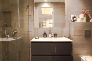 A bathroom at FeelHome - Art deco Apartment with jacuzzi
