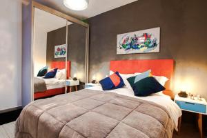 A bed or beds in a room at FeelHome - Art deco Apartment with jacuzzi