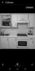 Een keuken of kitchenette bij apartamento spi con piscina