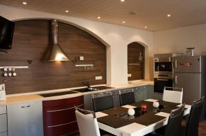 Ein Restaurant oder anderes Speiselokal in der Unterkunft Apartments Stirl