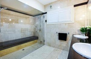 A bathroom at Valencia- Waterfront Opulance
