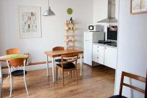 A kitchen or kitchenette at Bed and Beach Barcelona Guesthouse