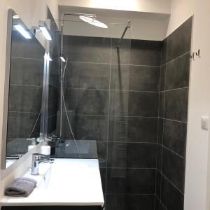 Salle de bains dans l'établissement Bordeaux Village Blaye