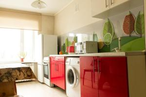 A kitchen or kitchenette at Apartment on Chuvashskaya