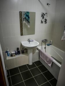 A bathroom at Moderne Apt in City Center