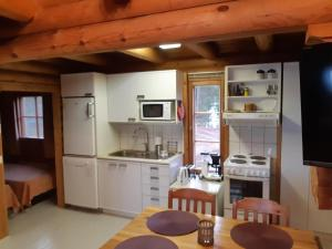 A kitchen or kitchenette at Toppala Cottages
