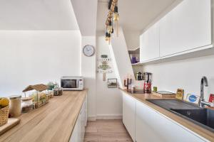 A kitchen or kitchenette at Beautiful new studio - 15ème Arr