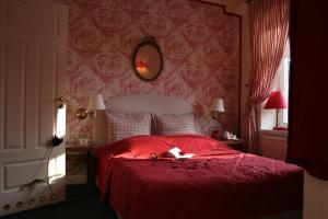 Een bed of bedden in een kamer bij Dom Pugetów