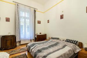 拉科齊公寓房間的床