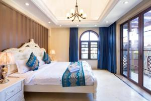 A bed or beds in a room at Yalongbay Feicui Valley High end Villa