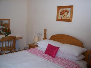A bed or beds in a room at Annagh Cottage