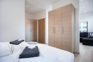 A bed or beds in a room at Blue Mountain Apartments