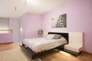 A bed or beds in a room at Top Duplex apartment close to the beach and center