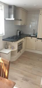 A kitchen or kitchenette at Egmont op zee