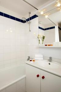 A bathroom at Séjours & Affaires Serris Rive Gauche