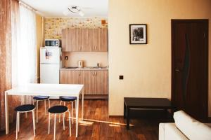 Кухня или мини-кухня в Apartment Kalina at Mashinostroiteley 41